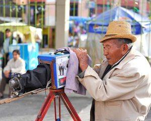Adultos mayores, para ellos la edad no limita su trabajo diario.