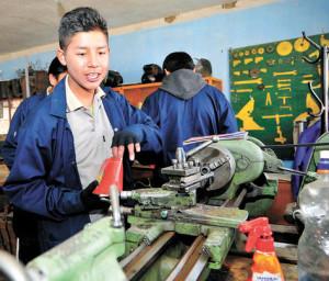 Estudiantes en el taller de mecánica