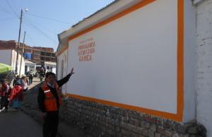 Militante pintando su propaganda política