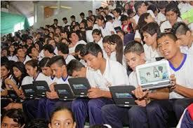 bachilleres con laptops en El Alto - Agencias