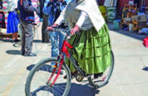 Cuarta versión del ciclismo de cholitas en El Alto